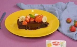 Банановый брауни с клубникой кулинарный рецепт
