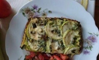 Запеченные кабачки с салатом из томатов кулинарный рецепт