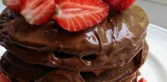 Панкейки с шоколадом и клубникой кулинарный рецепт