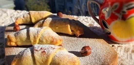 Творожные рогалики с вишней и орехами кулинарный рецепт