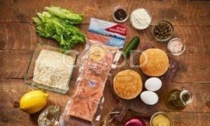 Бургер с котлетой из лосося рецепт шаг 1
