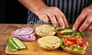 Бургер с котлетой из лосося рецепт шаг 11