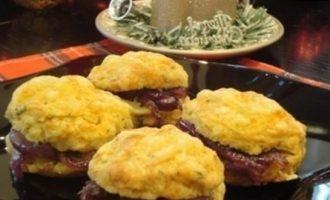 Сырные сконы с луком в бальзамическом уксусе кулинарный рецепт