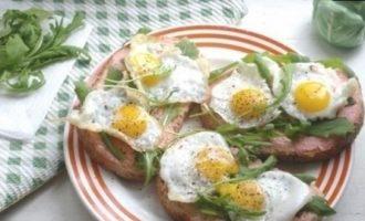 Тосты с икрой мойвы и перепелиными яйцами кулинарный рецепт