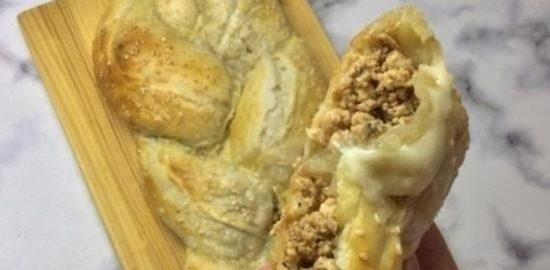 Косичка из слоеного теста с фаршем и сыром кулинарный рецепт
